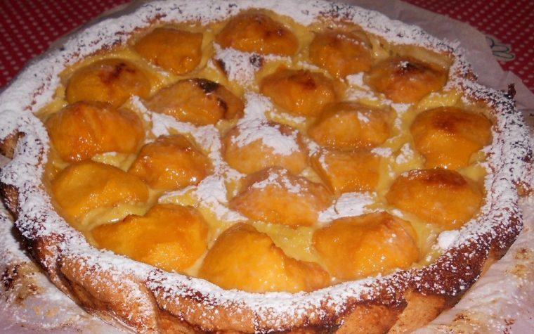 Crostata con crema e pesche fresche di stagione
