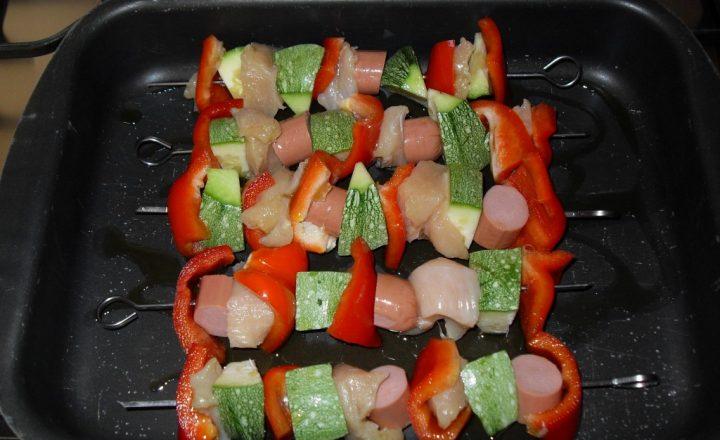 Spiedini di pollo con verdure fresche di stagione
