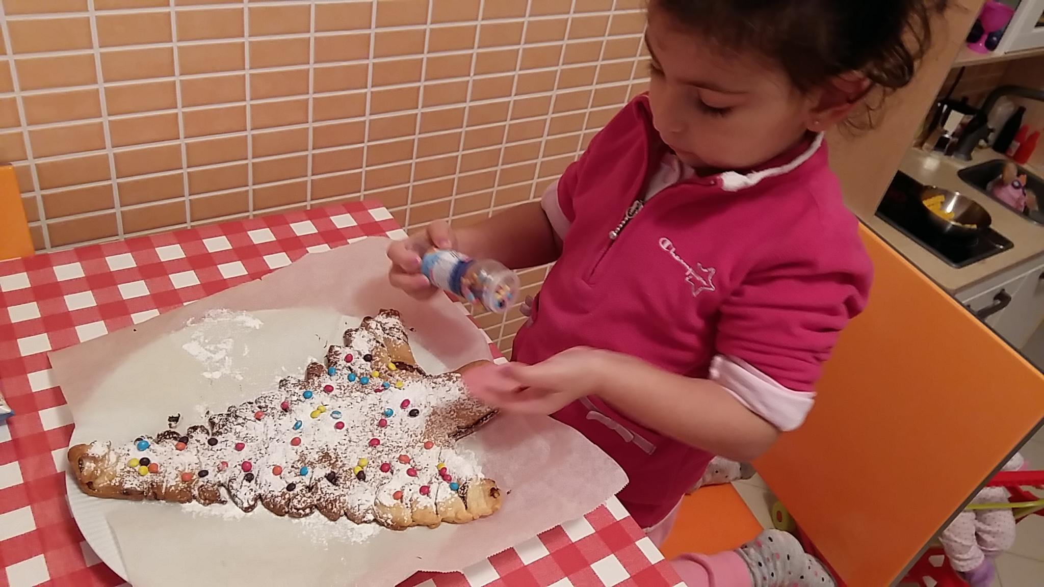 Albero di Natale di pasta frolla ripieno di cioccolato