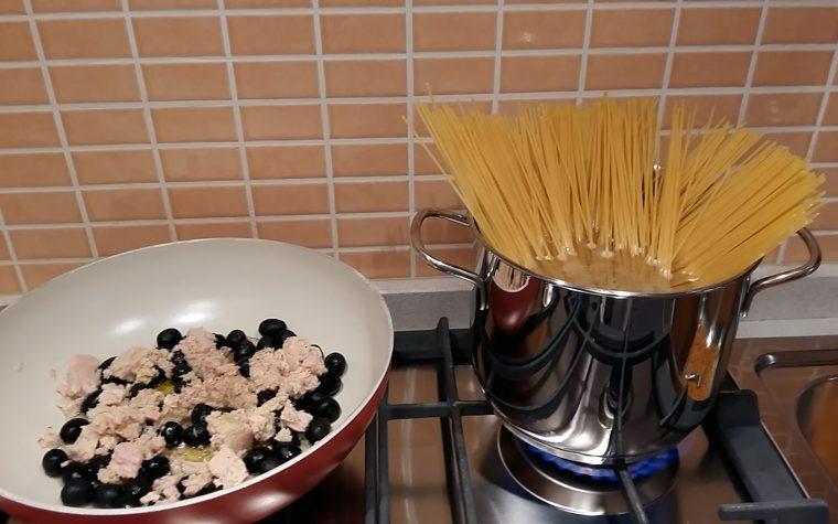 Spaghettata semplice con tonno ed olive nere