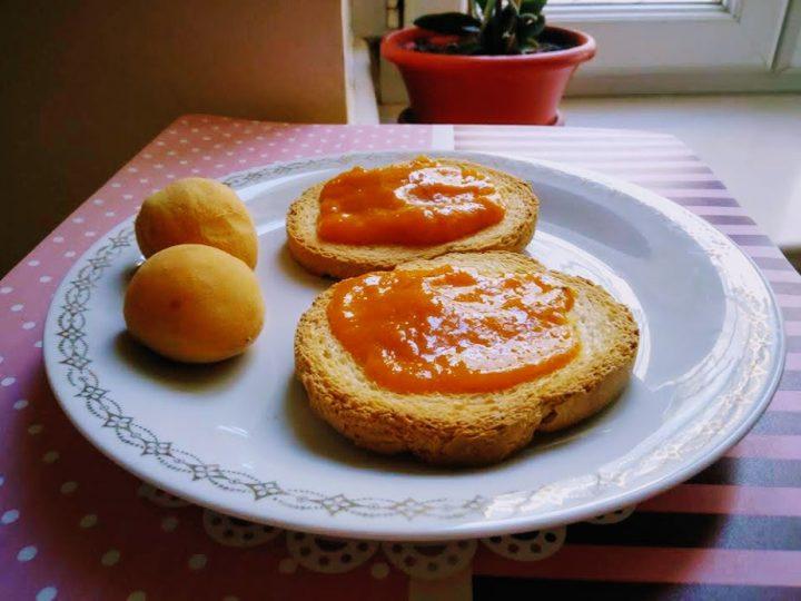 Marmellata alla frutta nel forno a microonde