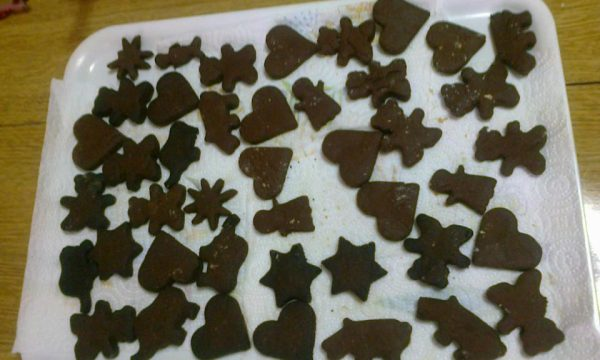 Biscottini di varie forme di pasta frolla al cacao
