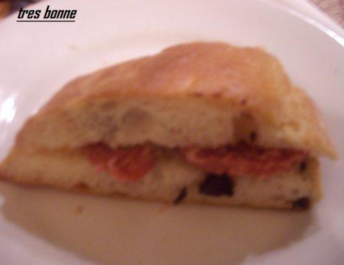 Pane pizza con olive nere