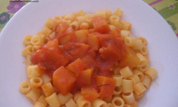 Pasta e patate al sugo con rosmarino