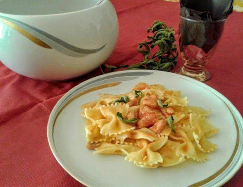 Pasta al salmone aromatizzata con erba citrina
