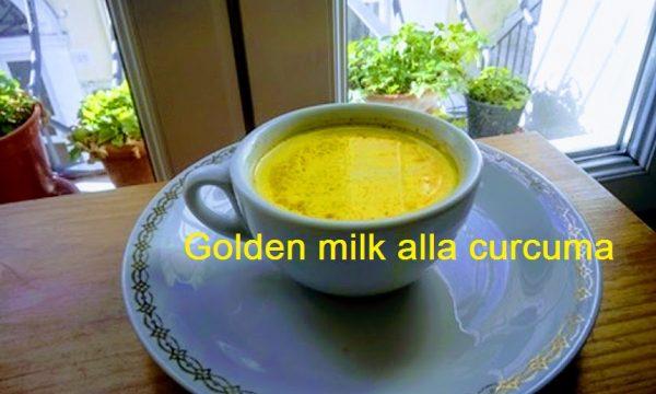 Golden milk latte d'oro con curcuma in polvere