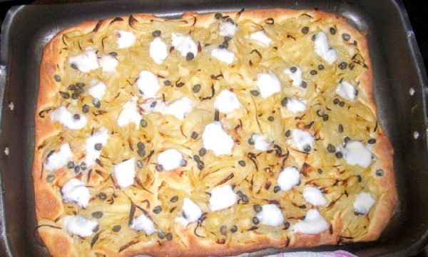 Focaccia alla cipolla con capperi e mozzarella filante saporita
