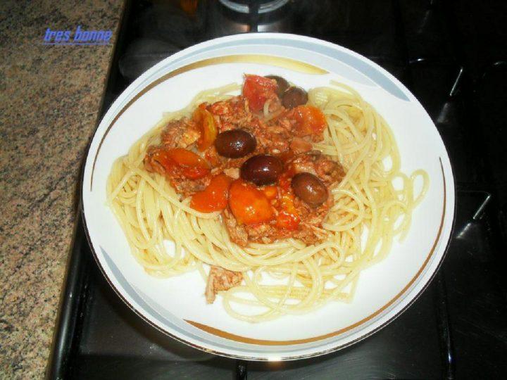 Spaghetti alla puttanesca dal sapore mediterraneo