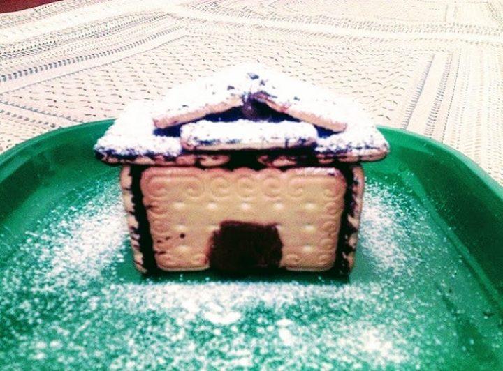 Casetta Di Natale Con Biscotti : Casetta di natale con biscotti secchi spennellata con cioccolato