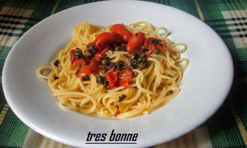 Spaghetti aglio olio e peperoncino con pomodori datterini