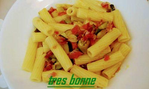 Pasta zucchine peperoni e speck