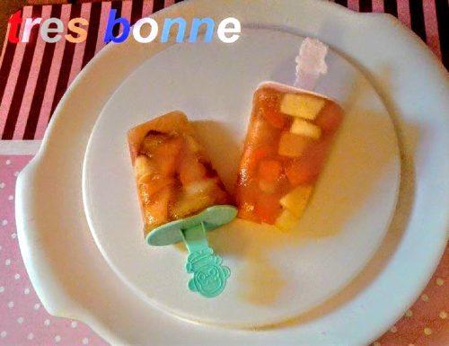 Ghiaccioli con frutta a pezzi