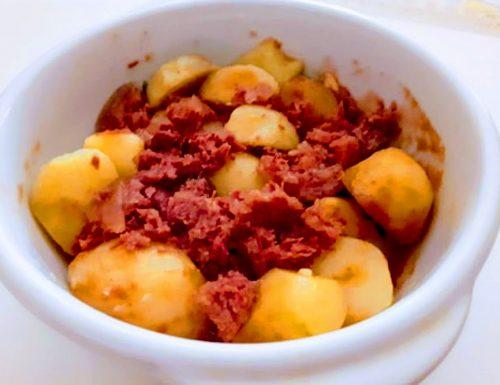 Spezzatino di patate con carne in scatola