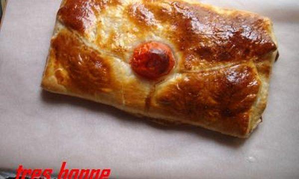 Rustico pomodoro e mozzarella chiuso a forma di busta