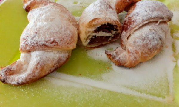 Piccoli croissant dolci con ripieno di nutella di pasta sfoglia