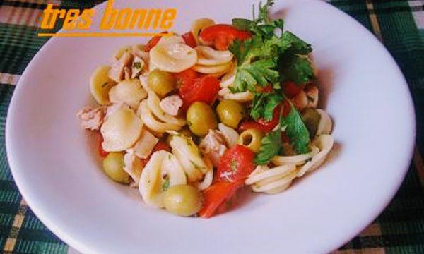 Insalata di pasta fredda con pollo e olive verdi denocciolate
