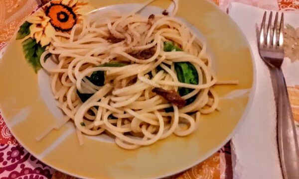 Spaghetti e cime di rapa con aglio fritto ricetta pugliese
