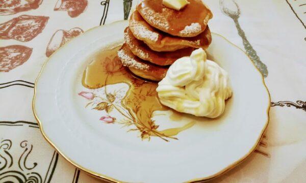 Fluffy giapponesi dolci pancake soffici con lo sciroppo di acero