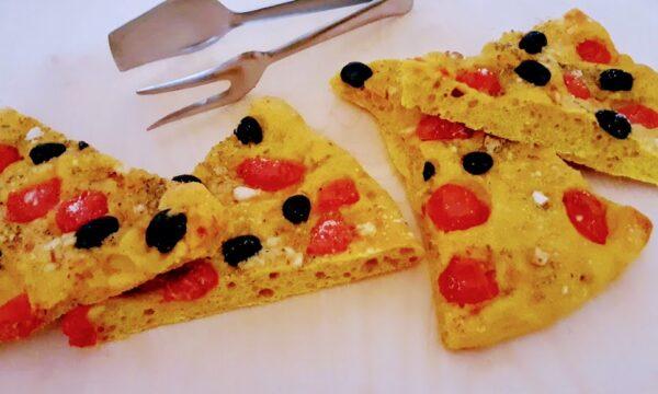 Focaccia con curcuma olive nere e pomodorini morbidissima