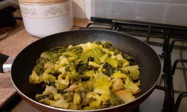 Cavolo verza stufato in padella con olio extravergine di oliva e aglio ricetta light