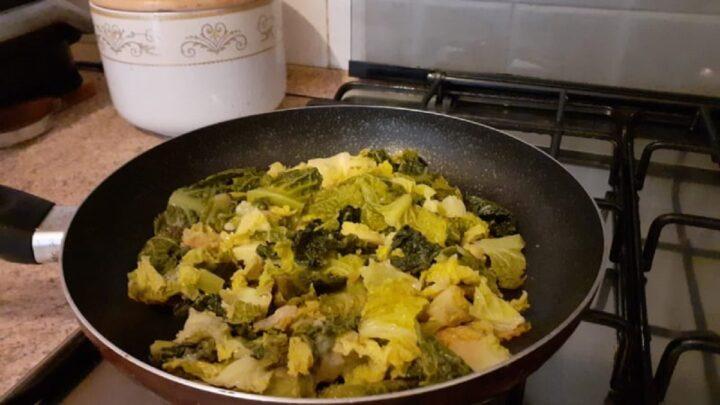 Cavolo verza stufato in padella con olio extravergine di oliva