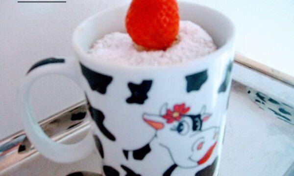 Muffin alla fragola nella tazza dolce monodose al microonde