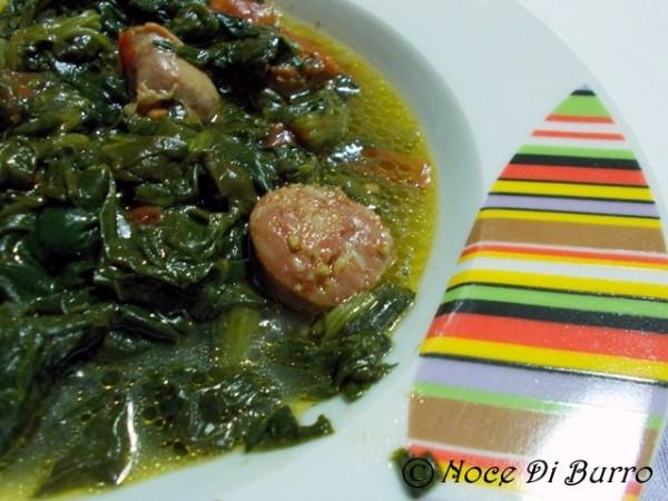 Spinaci saporiti con salsiccia e pomodoro, ricetta Noce di Burro