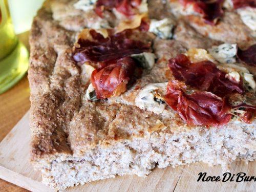 Focaccia integrale con gorgonzola e speck