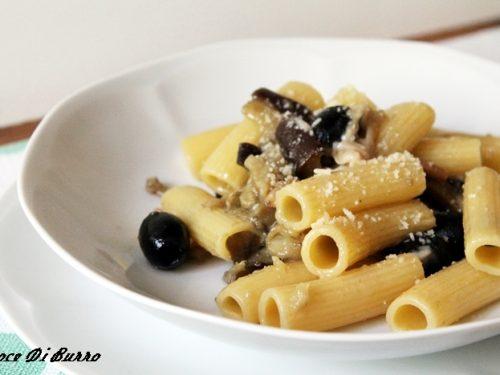 Pasta con melanzane, olive e pinoli