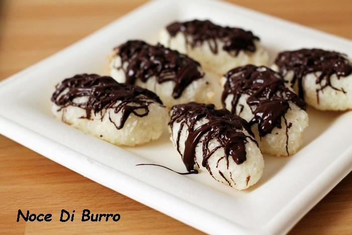 Dolcetti al cocco con copertura al cioccolato