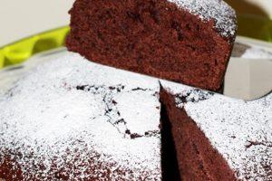 Torta al cacao con panna e scorza d' arancia