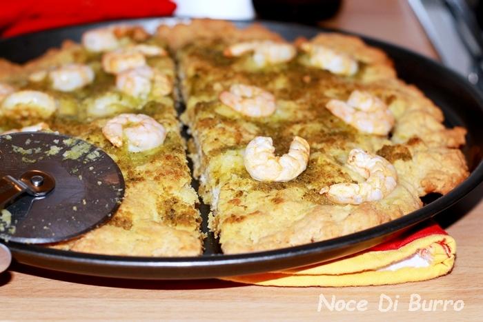 Pizza al pesto e gamberetti con lievito istantaneo