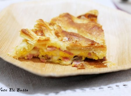 Tranci di torta salata con prosciutto e formaggio