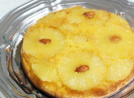 Torta rovesciata all' ananas decorata con mandorle