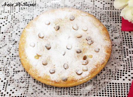 Torta della nonna con crema al cioccolato e nocciole