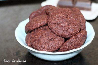 Biscotti al cacao con yogurt senza burro e uova