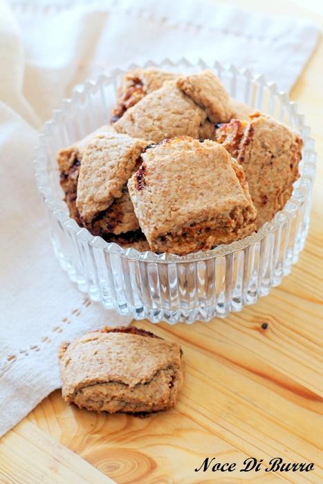 Biscotti integrali ripieni di marmellata