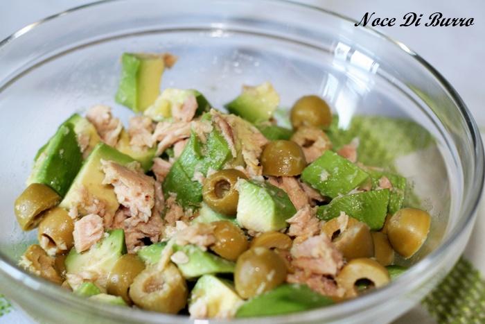 Insalata di avocado con tonno olive e capperi