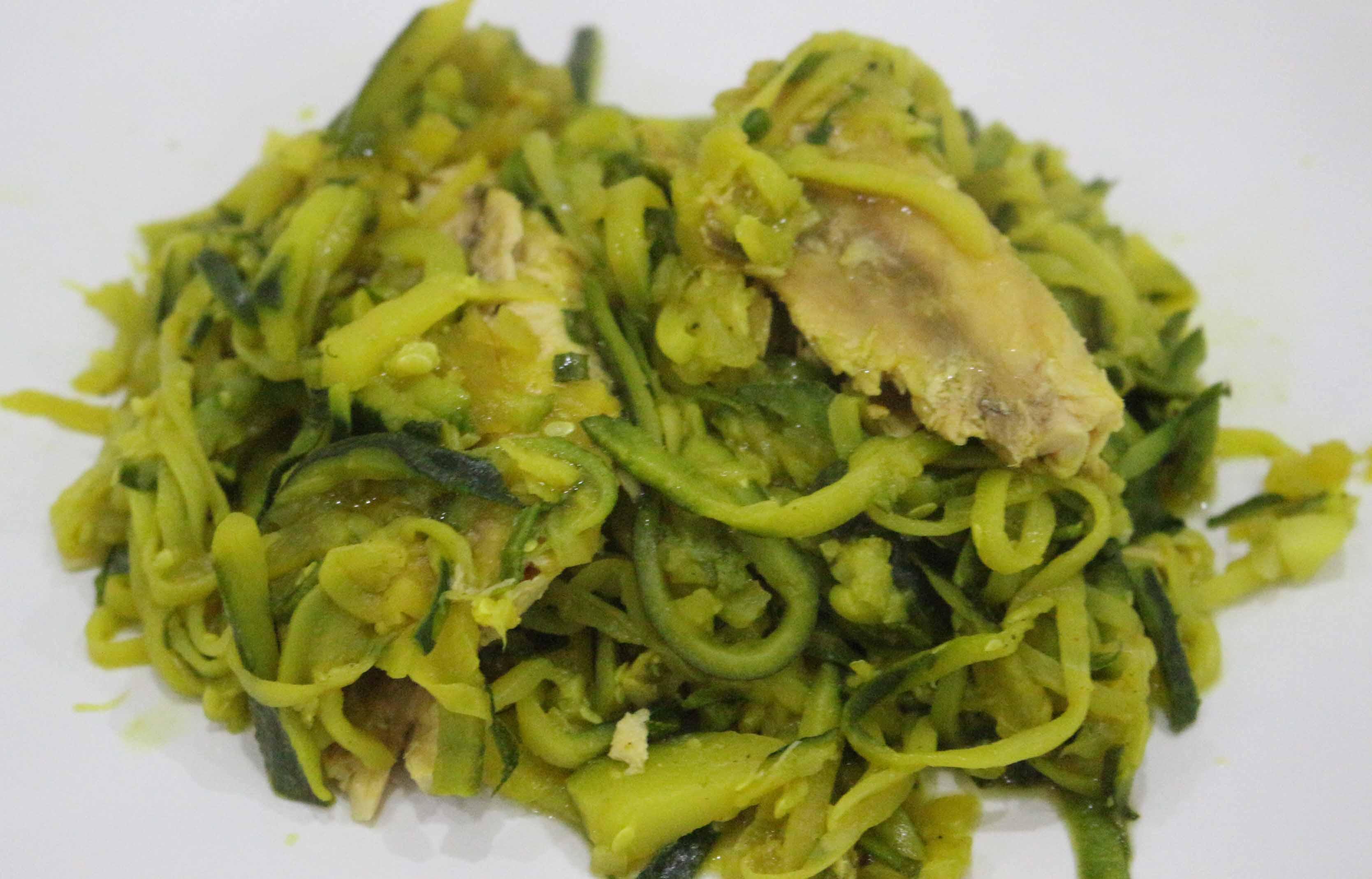 Sgombro con spaghetti di zucchine alla curcuma