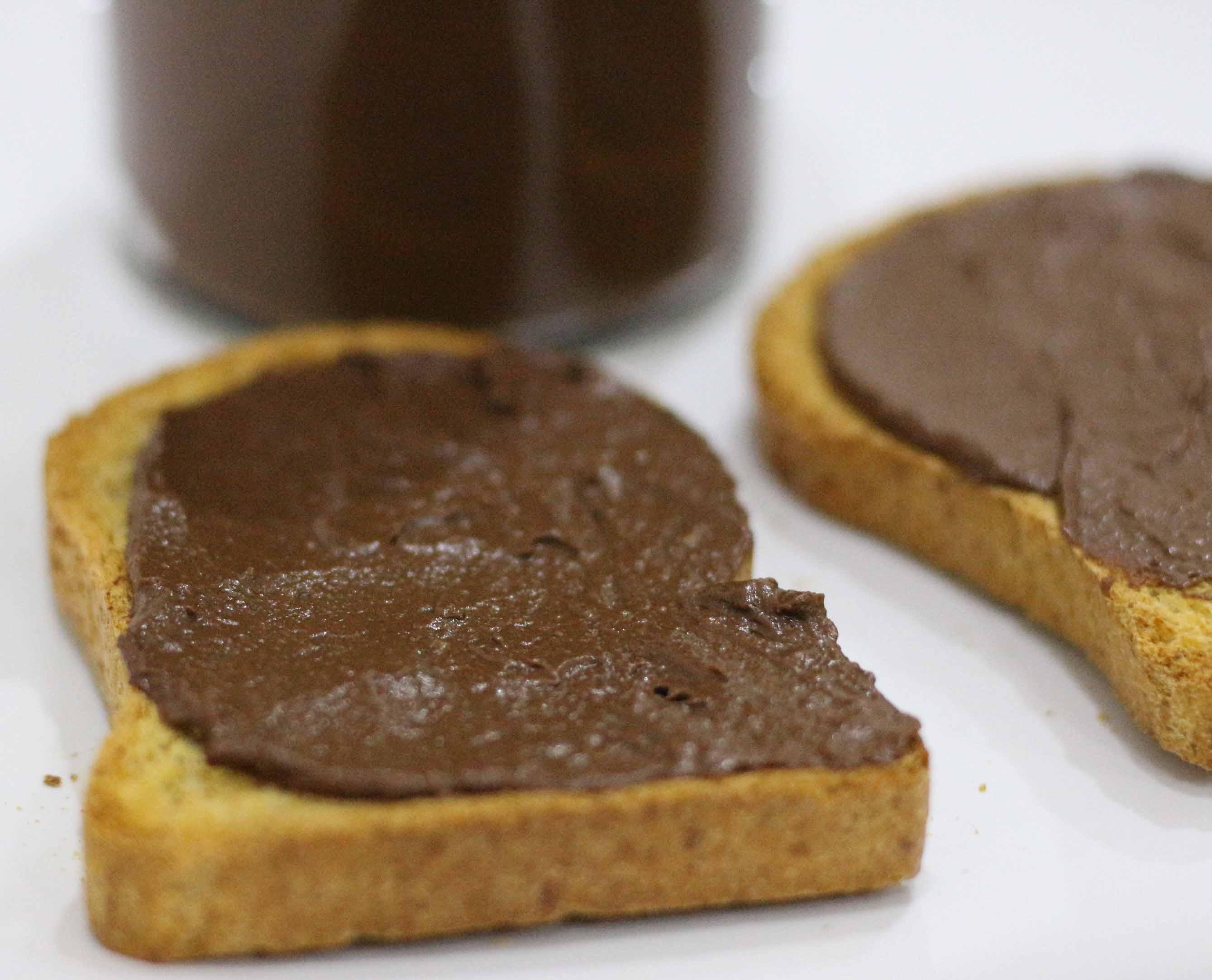 Crema spalmabile al cioccolato fondente e nocciole