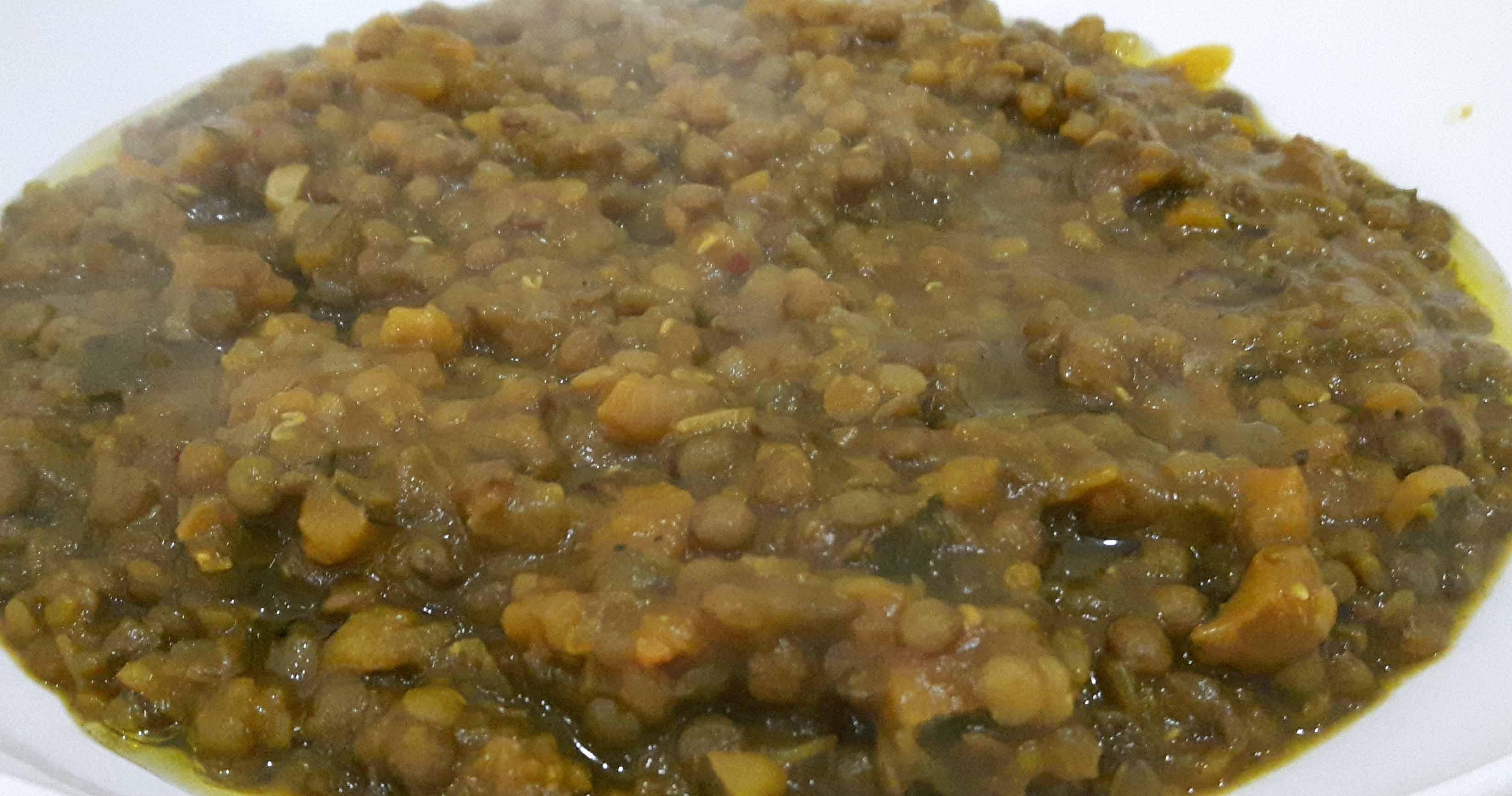 Minestra di lenticchie verdi, cipolle e zucca