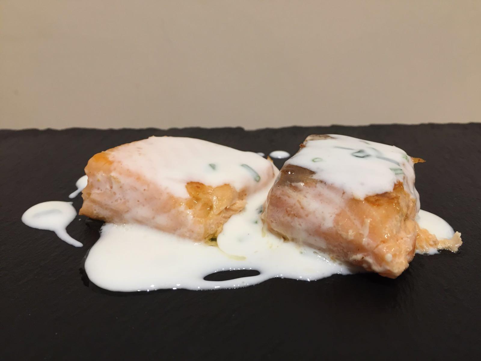 Salmone con salsa yogurt ed erba cipollina