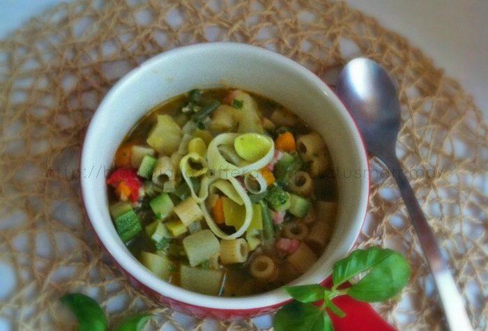 Zuppa di pasta e verdure al basilico fresco