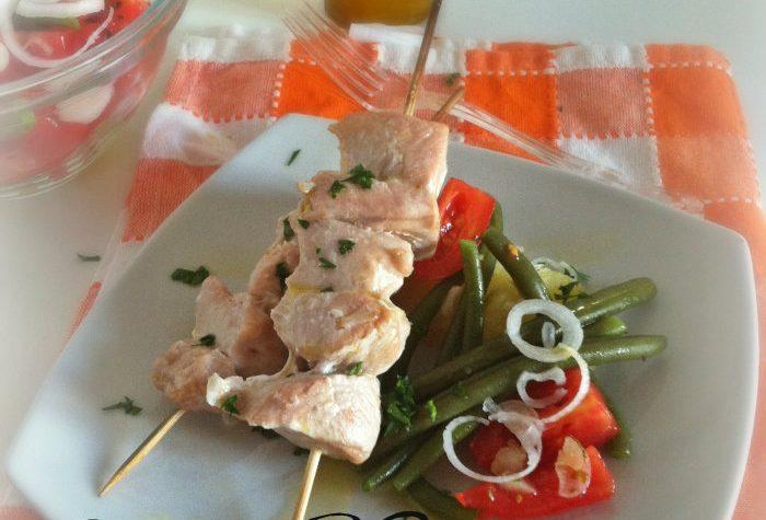 Spiedini di pollo con insalatina di fagiolini e pomodori
