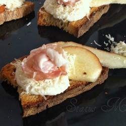RICETTE CON LA FRUTTA cosa cucinare a marzo Bruschetta con lardo pere e gorgonzola ricetta antipasto statusmamma cucinare foto tutorial blog