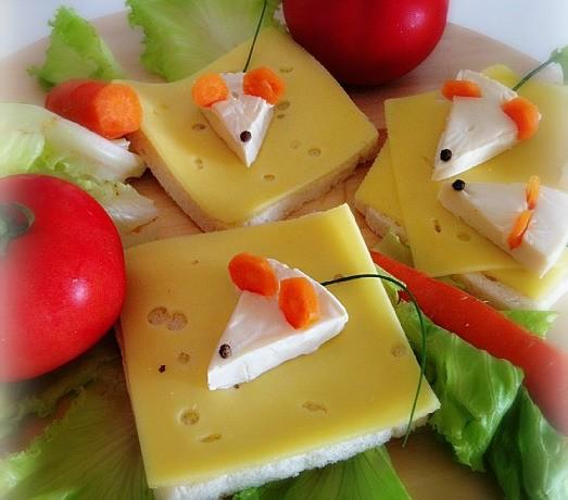 Topolini formaggini mangiare giocando toast al formaggio