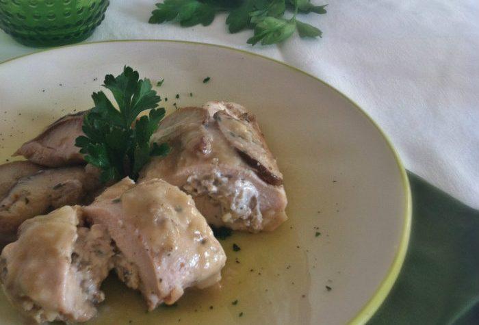 Tasche di pollo ripiene con salsa cremosa allo yogurt e funghi