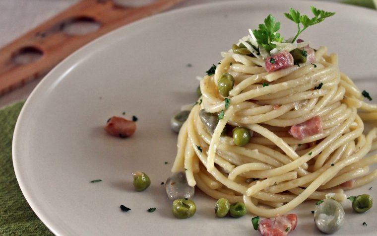 Spaghetti con sugo bianco di pisellini e fave