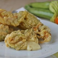 Fiori di zucchine ripiene in pastella filanti ricetta cucinare fingerfood Statusmamma Giallozafferano blogGz secondo vegetariano semplice veloce in pastella verdure economico antipasto stuzzichino