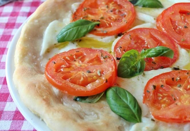 Pizza con bufala e pomodori